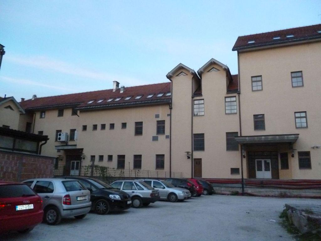 Школа во дворе церкви. Фото: Елена Арсениевич, CC BY-SA 3.0
