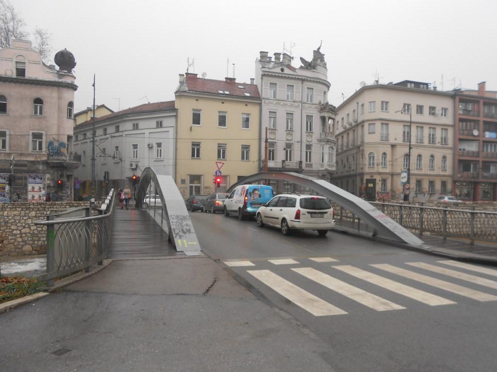 Чумурия и здание «Просвета» (просвещение то есть). Фото: Елена Арсениевич, CC BY-SA 3.0