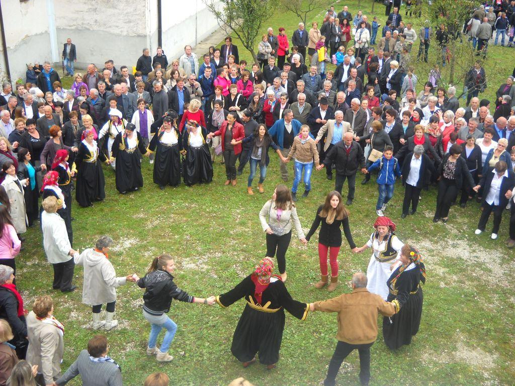 Гучагорцы и гучагорки танцуют после праздничной мессы. Фото: Елена Арсениевич, CC BY-SA 3.0