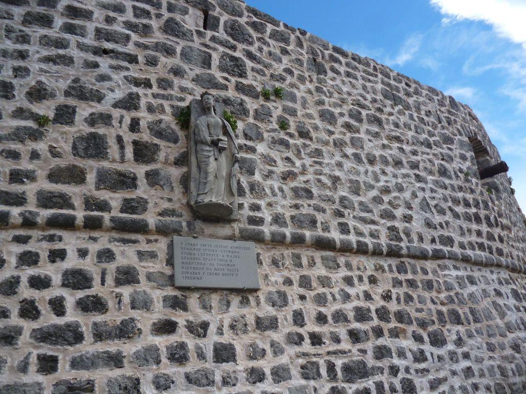 Памятник Елене Анжуйской на стене старого города Требине. Фото: Елена Арсениевич, CC BY-SA 3.0