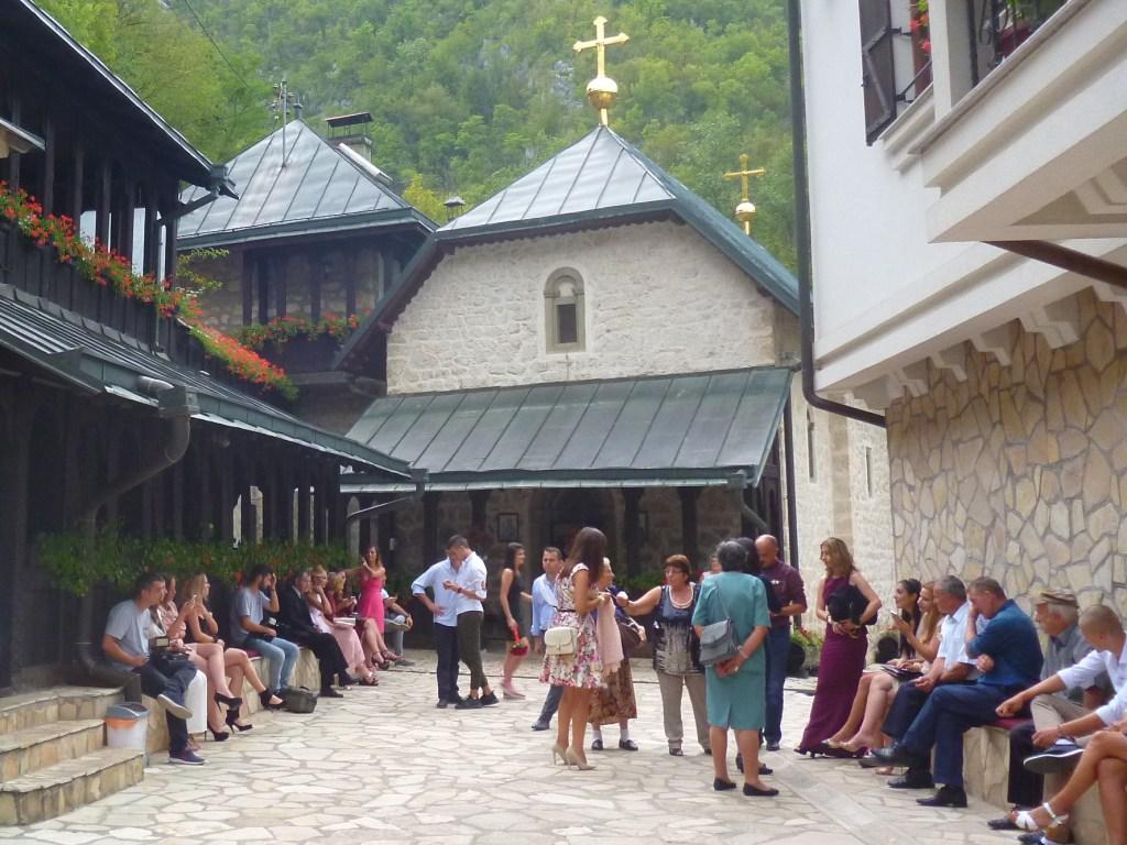 Гости на венчании в монастыре Ловница. Можно ли найти компромисс в одежде? Фото: Елена Арсениевич, CC BY-SA 3.0