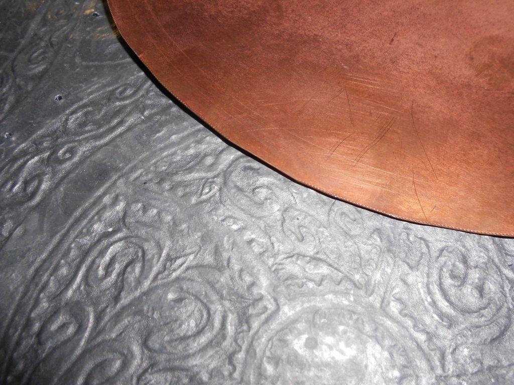 Свинцовая подложка для изготовления подносов и тарелок с чеканкой. Фото: Елена Арсениевич, CC BY-SA 3.0