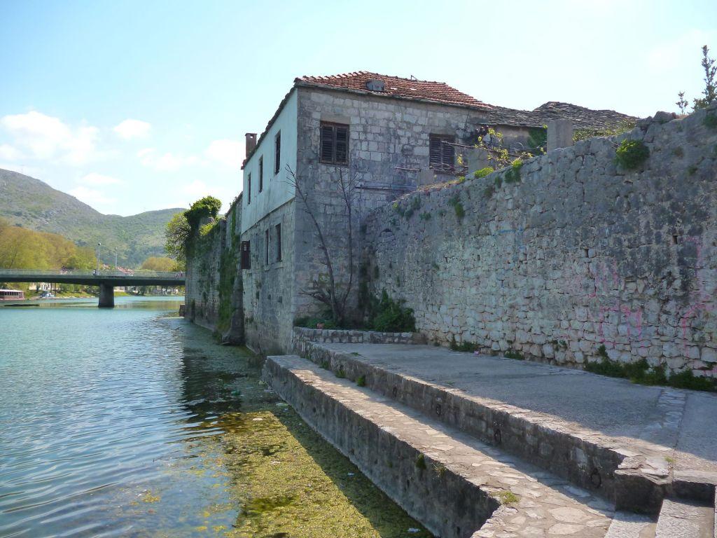 Из крепости есть выход к реке. Фото: Елена Арсениевич, CC BY-SA 3.0