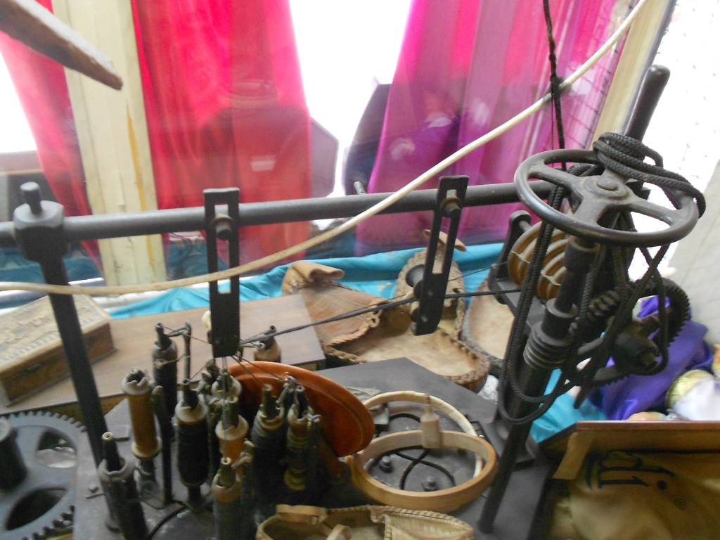 Старинный станок для производства шнура-гайтана. Фото: Елена Арсениевич, CC BY-SA 3.0