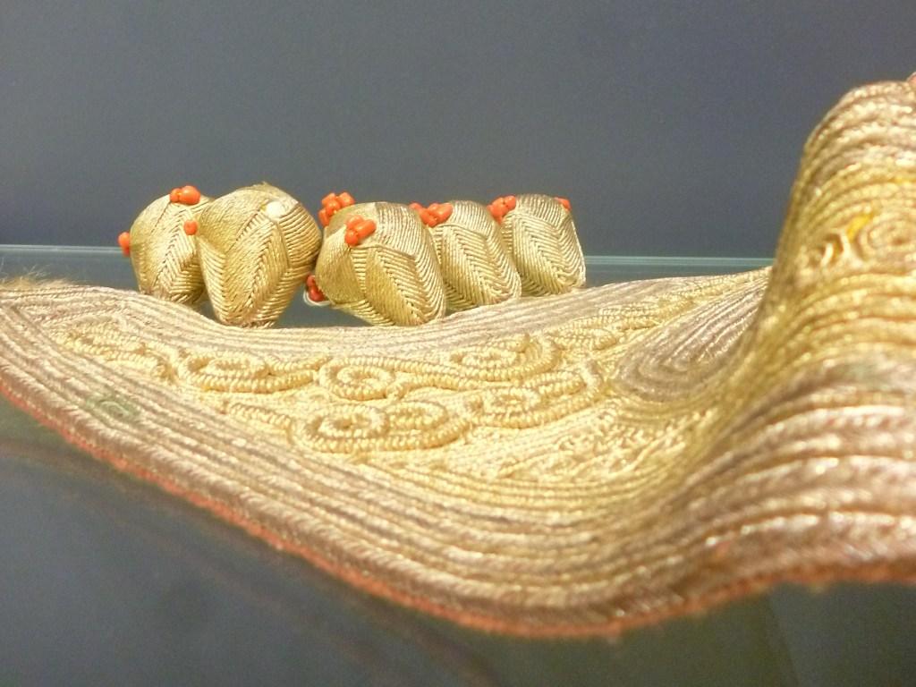 Фрагмент ечермы, гайтан и шёлковые пуговицы. Музей библиотеки Гази Хусрев-бега. Фото: Елена Арсениевич, CC BY-SA 3.0