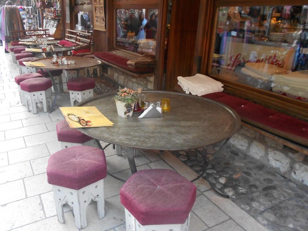 Столики-демирлии и табуреты-пешкуны. Фото: Елена Арсениевич, CC BY-SA 3.0