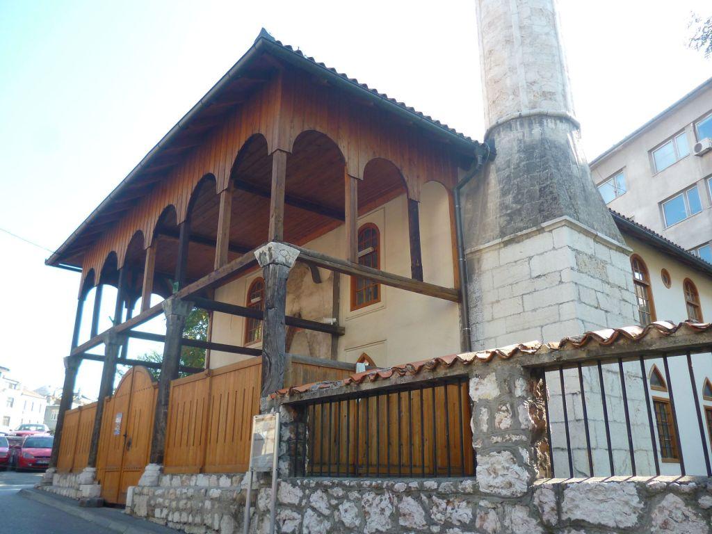 Крытое крыльцо мечети и минарет. Фото: Елена Арсениевич, CC BY-SA 3.0