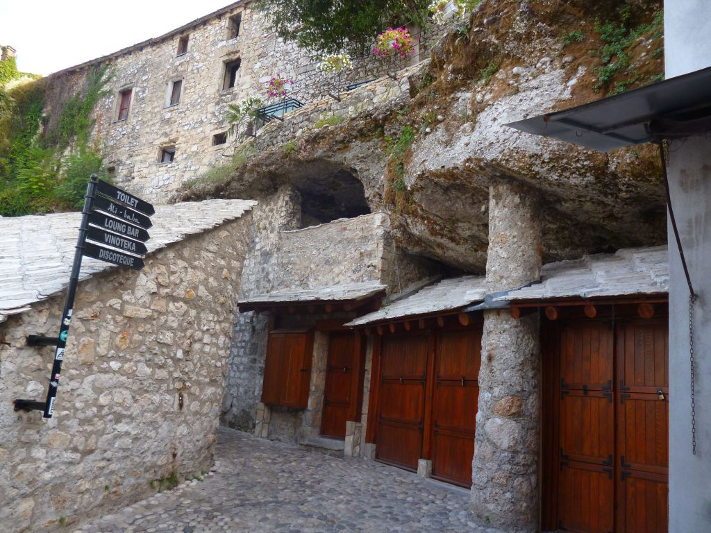Некоторые дучаны в Мостаре сделаны в пещере. Фото: Елена Арсениевич, CC BY-SA 3.0