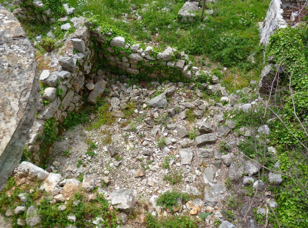 Развалины в Мраконичах ждут археологов. Фото: Елена Арсениевич, CC BY-SA 3.0