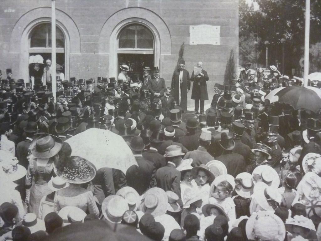 Муяга Комадина и народ. Автор неизвестен, public domain