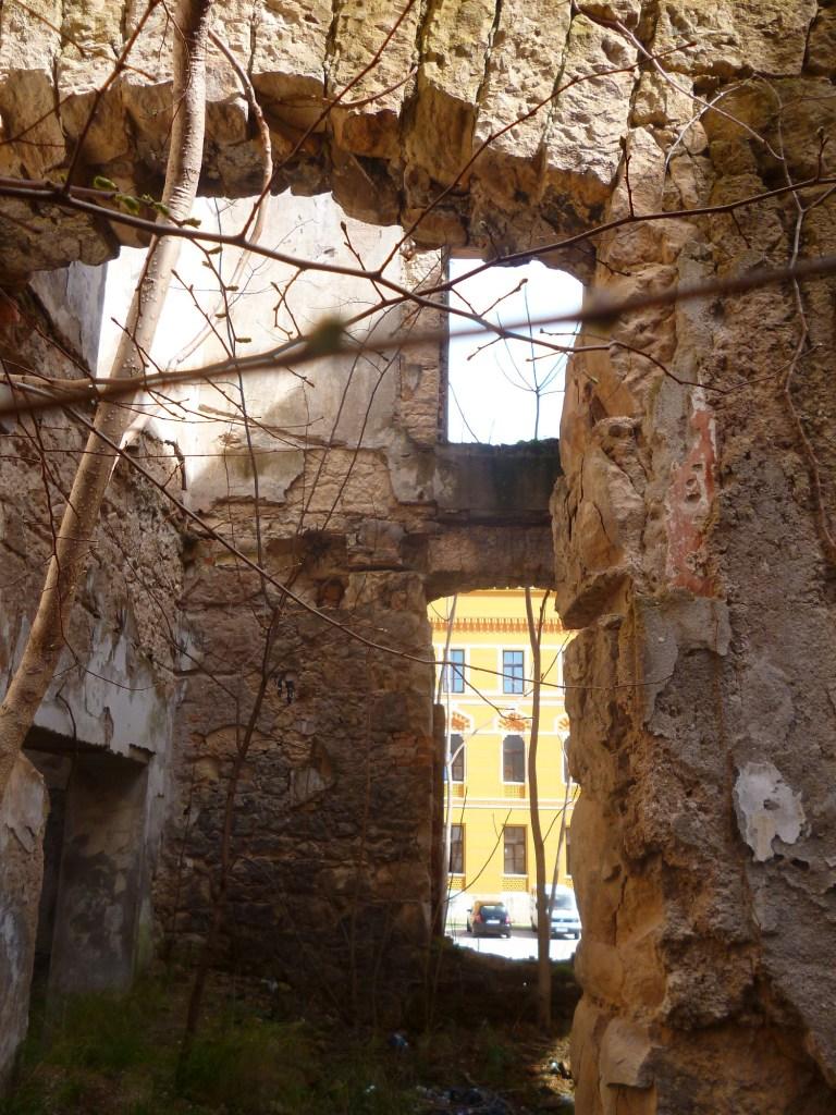 Руины виллы Муяги Комадины. В просвете видна гимназия. Фото: Елена Арсениевич, CC BY-SA 3.0