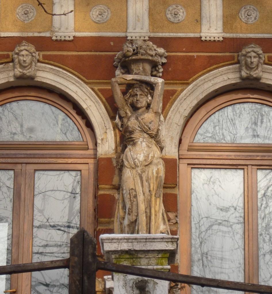 Скульптурное оформление главного входа. Фото: Елена Арсениевич, CC BY-SA 3.0