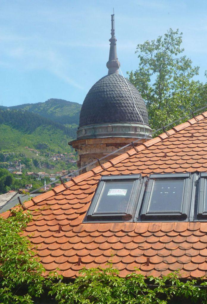 Крыша и купол виллы Мандич из окна соседней виллы. Фото: Елена Арсениевич, CC BY-SA 3.0