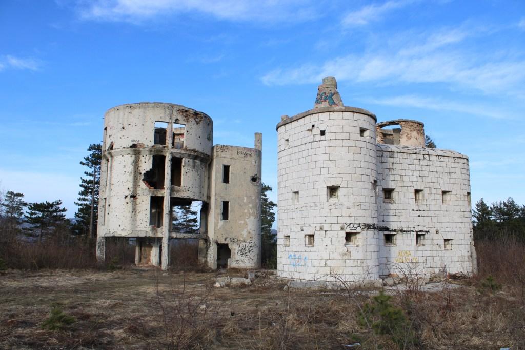 Старый форт (справа) и обсерватория (слева). Фото: Елена Арсениевич, CC BY-SA 3.0