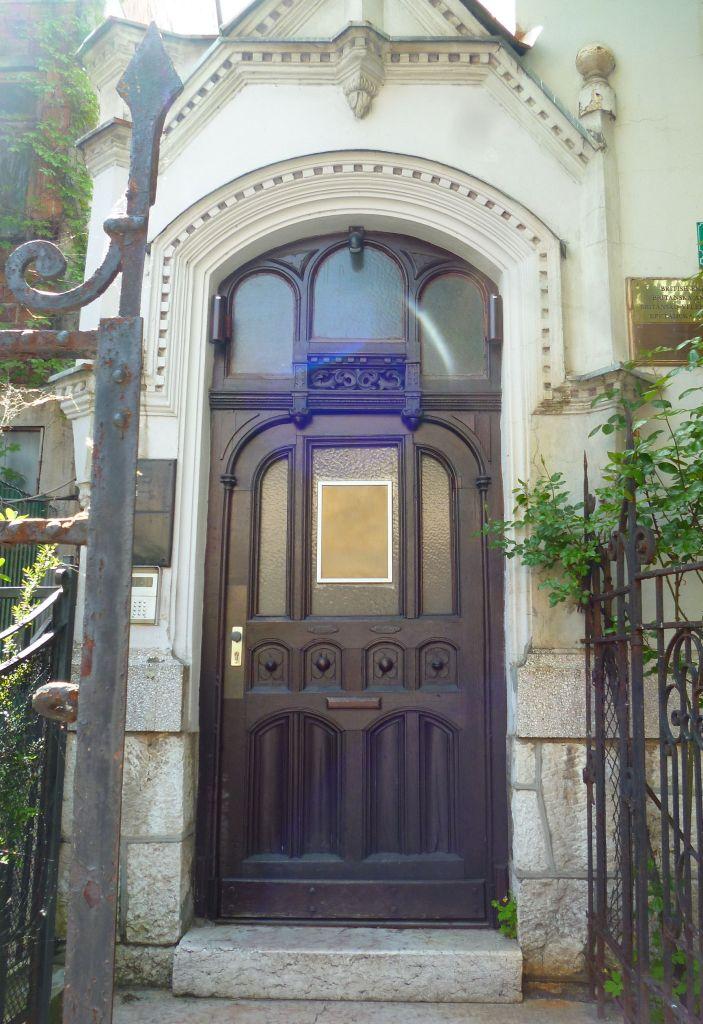Входная дверь – чистый модерн. Фото: Елена Арсениевич, CC BY-SA 3.0