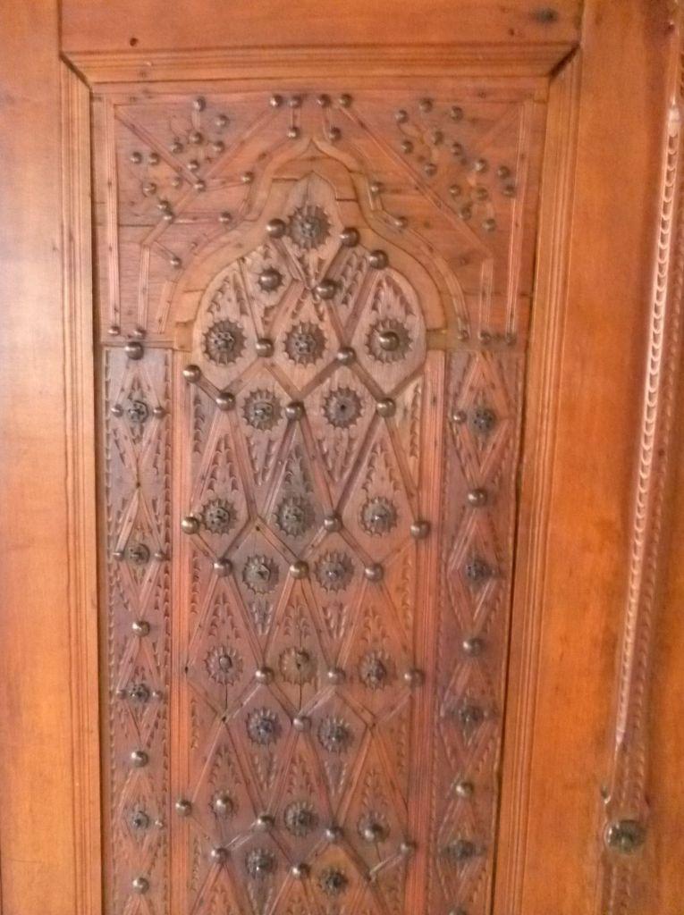 Резная дверь шкафа, украшенная гвоздиками. Фото: Елена Арсениевич, CC BY-SA 3.0