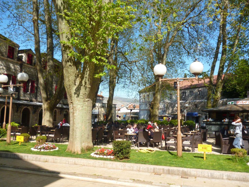 Площадь окружают вековые платаны. Фото: Елена Арсениевич, CC BY-SA 3.0