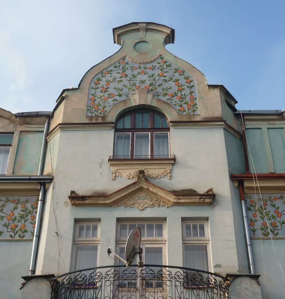 Фронтон с декором из керамики. Фото: Елена Арсениевич, CC BY-SA 3.0