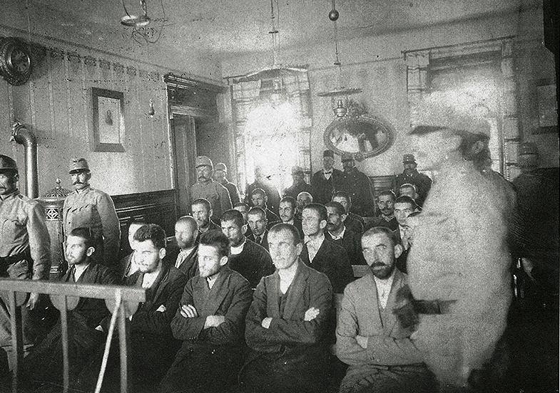Суд над заговорщиками. Данило Илич четвёртый в первом ряду. Автор неизвестен, public domain