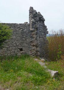 Остатки ещё одной башни. Фото: Елена Арсениевич, CC BY-SA 3.0