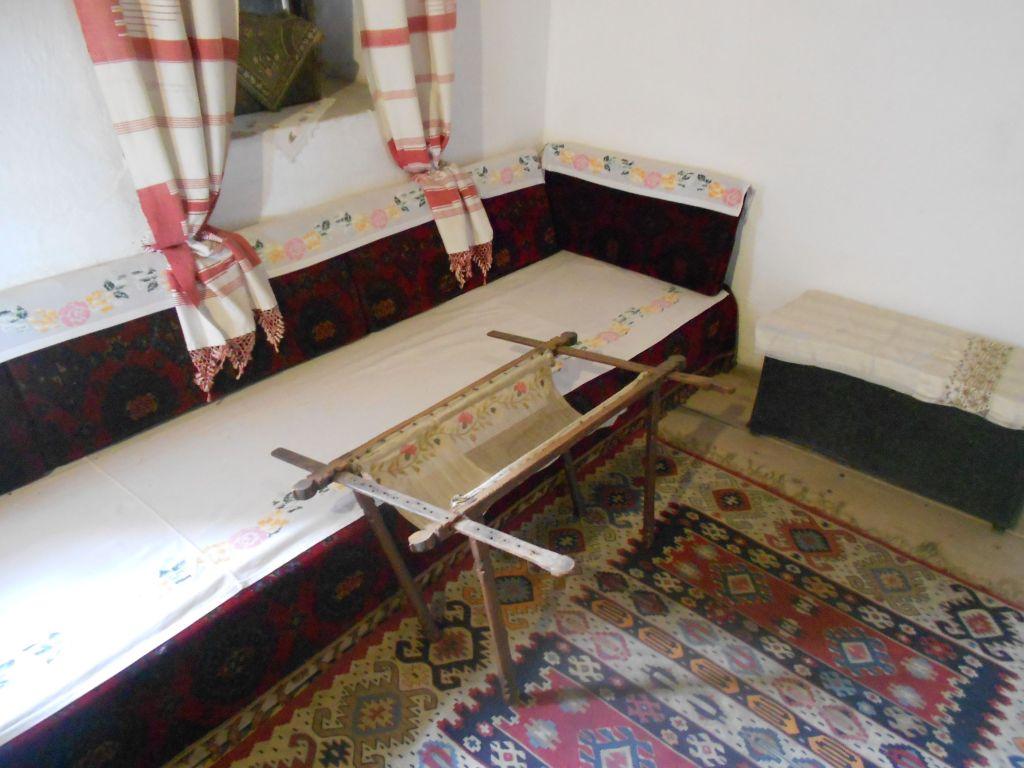 Девичья комната и пяльцы для вышивания. Фото: Елена Арсениевич, CC BY-SA 3.0