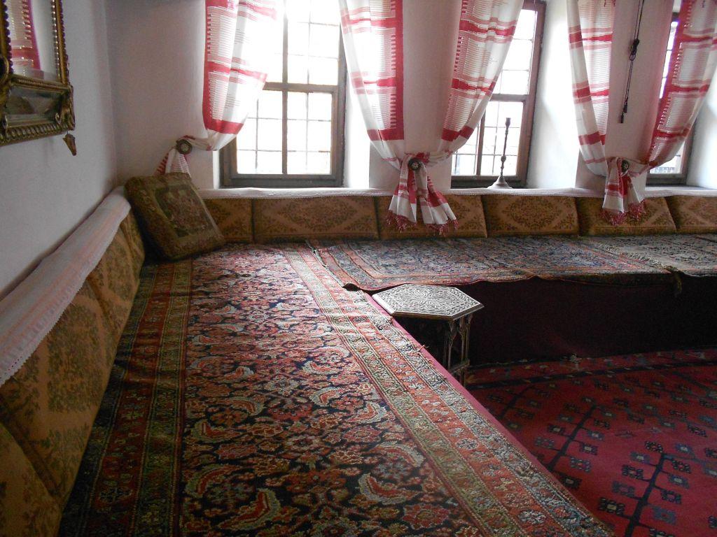 Халват, комната для приёма гостей. Фото: Елена Арсениевич, CC BY-SA 3.0