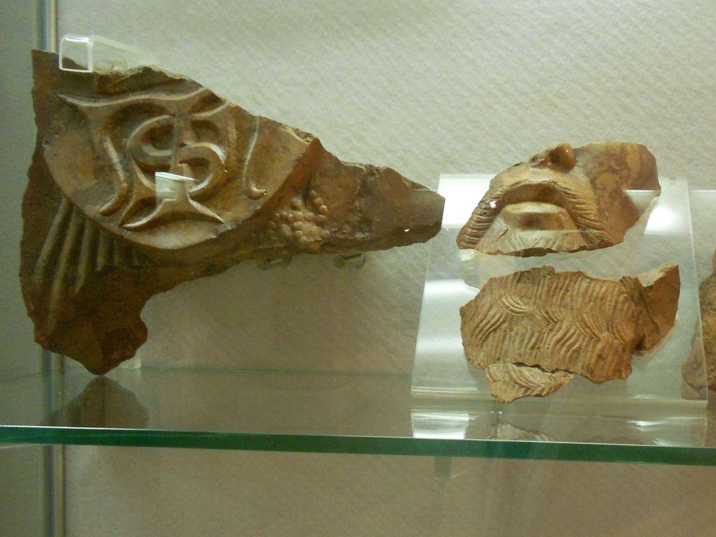 Фрагменты надгробной плиты короля Степана Томаша. Фото: Елена Арсениевич, CC BY-SA 3.0
