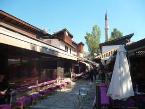 Трговке. В глубине виден минарет Башчаршийской мечети. Фото: Елена Арсениевич, CC BY-SA 3.0
