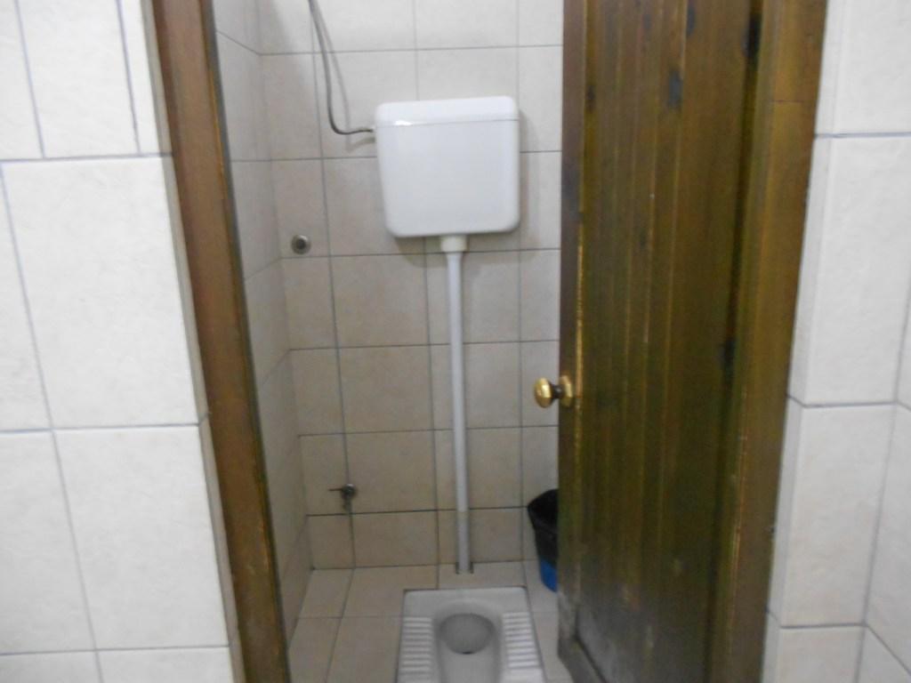 С виду самый обычный туалет, и не скажешь, что 16-й век. Фото: Елена Арсениевич, CC BY-SA 3.0