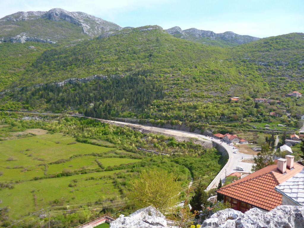 Вид с плато над монастырём. Фото: Елена Арсениевич, CC BY-SA 3.0