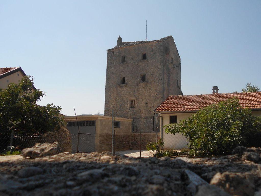 Башня в селе Гомиляни. Никакой информации о ней в доступных источниках нет. Фото: Елена Арсениевич, CC BY-SA 3.0