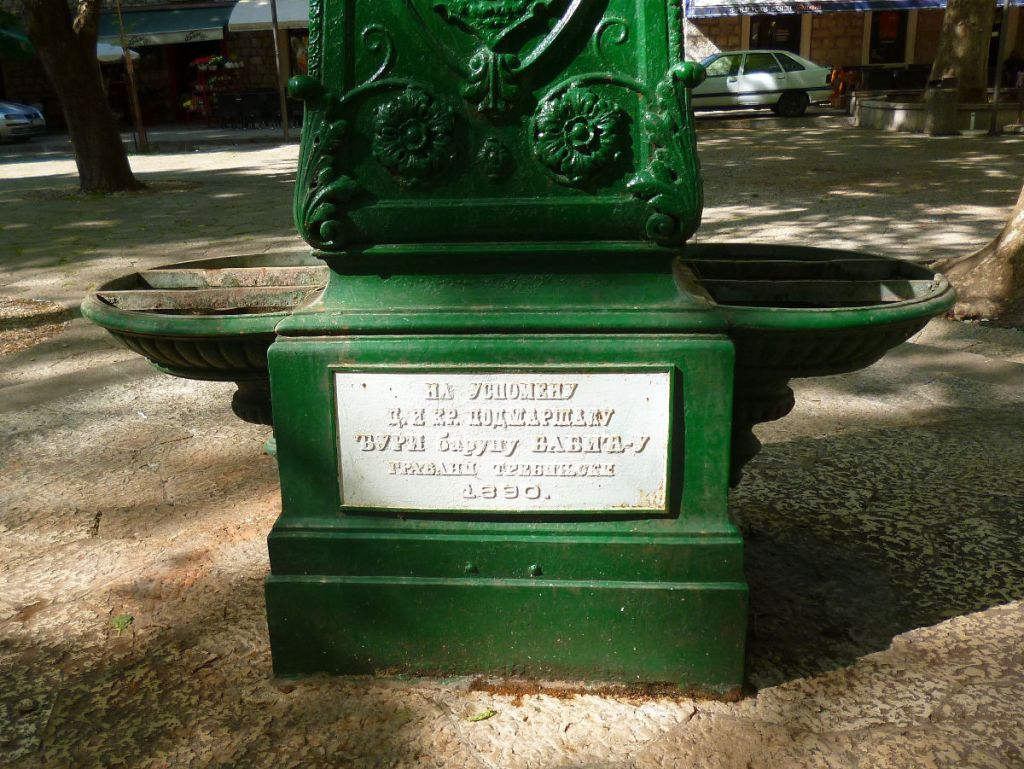 Подножие фонтанчика, поставленного в честь австрийского генерала. Фото: Елена Арсениевич, CC BY-SA 3.0