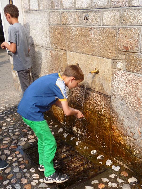 Чесма у мечети Гази Хусрев-бега, когда-то он подвёл к мечети водопровод. Фото: Елена Арсениевич, CC BY-SA 3.0