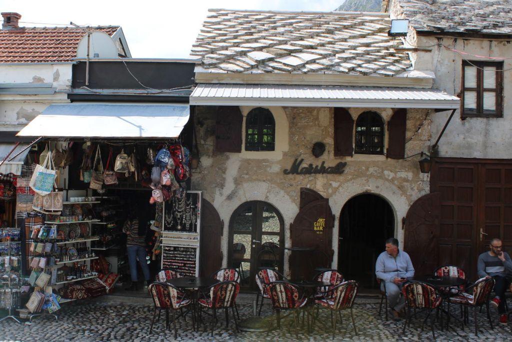 Терпеть не могу это кафе, у них ужасно громкая музыка, а у меня экскурсии. Фото: Елена Арсениевич, CC BY-SA 3.0