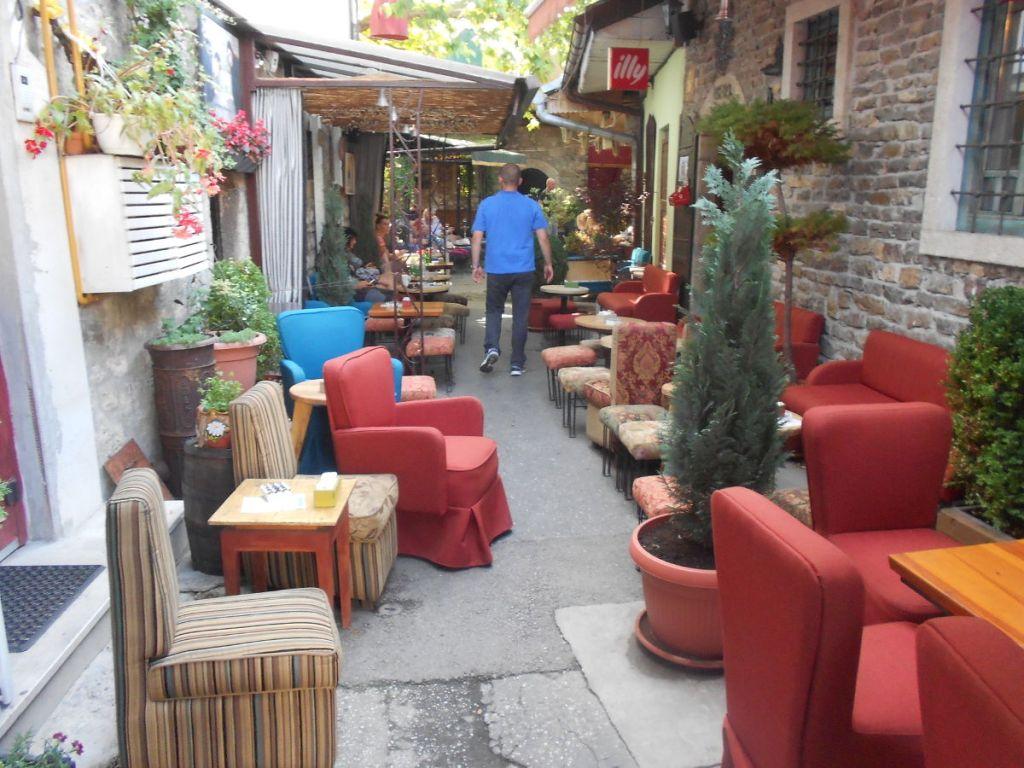 Это не мебельный магазин, а кафе. Фото: Елена Арсениевич, CC BY-SA 3.0