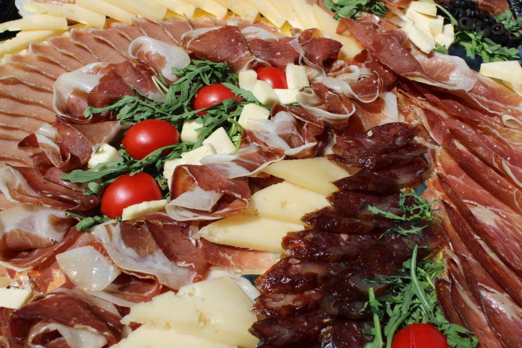 Пршут, колбаса, сыр и прочее. Фото: Елена Арсениевич, CC BY-SA 3.0