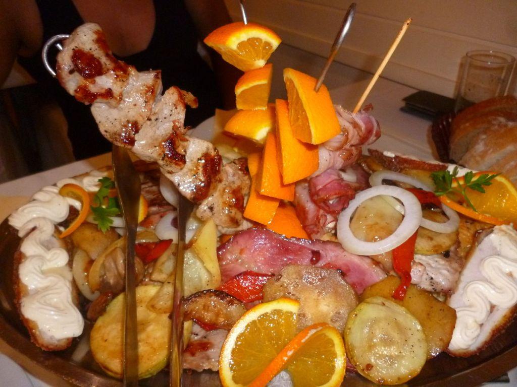 «Мешано месо», порция на двоих (ресторан Rodjo недалеко от Теслича). Фото: Елена Арсениевич, CC BY-SA 3.0