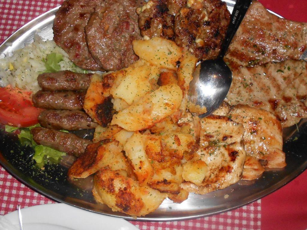 Мясо с роштиля, ресторан Vešaljica в Мостаре. Фото: Елена Арсениевич, CC BY-SA 3.0