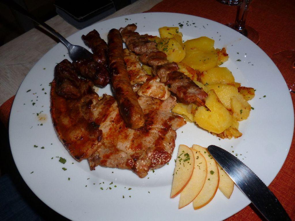«Мешано месо», порция на одного (ресторан при мотеле Park, Хутово блато). Фото: Елена Арсениевич, CC BY-SA 3.0