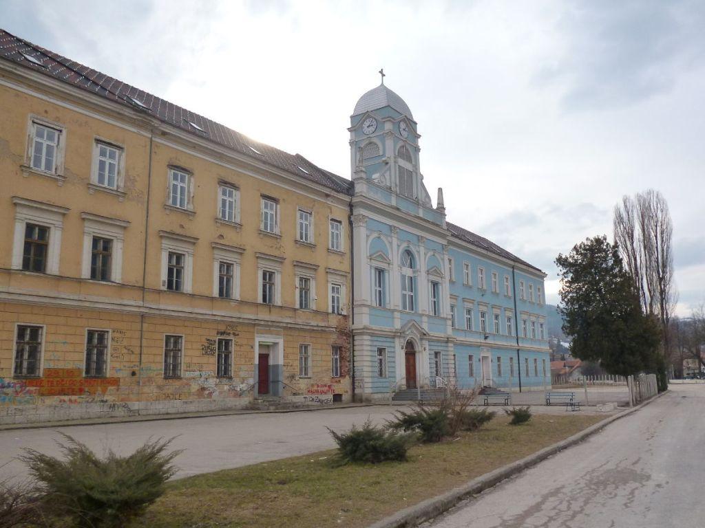 Здание одно, а всё остальное разное. Средняя школа бошняков и католическая гимназия в Травнике. Фото: Елена Арсениевич, CC BY-SA 3.0