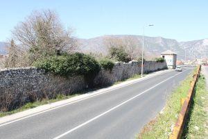 Сохранившаяся восточная крепостная стена вдоль магистрали. Фото: Елена Арсениевич, CC BY-SA 3.0