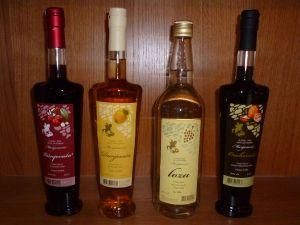 Лоза, дуневача и ликёры на базе виноградной ракии. Винодельня Йосипа Марияновича. Фото: Елена Арсениевич, CC BY-SA 3.0