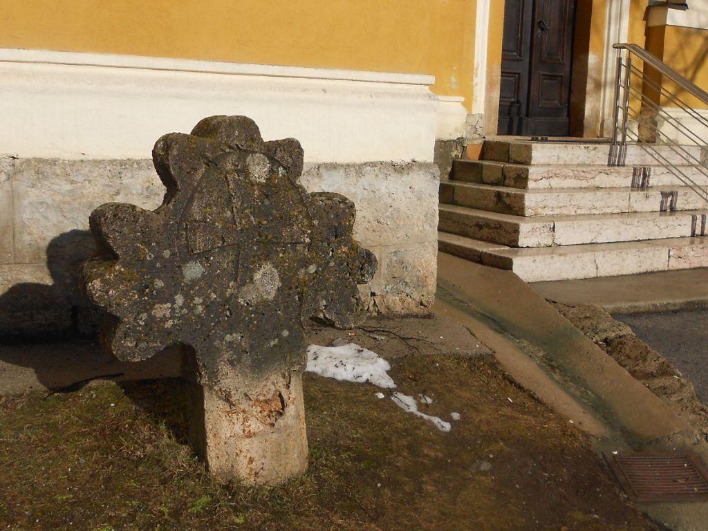 Старинный каменный крест у входа в монастырь. Фото: Елена Арсениевич, CC BY-SA 3.0