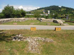 Дорога разрезает национальный памятник. Фото: Елена Арсениевич, CC BY-SA 3.0