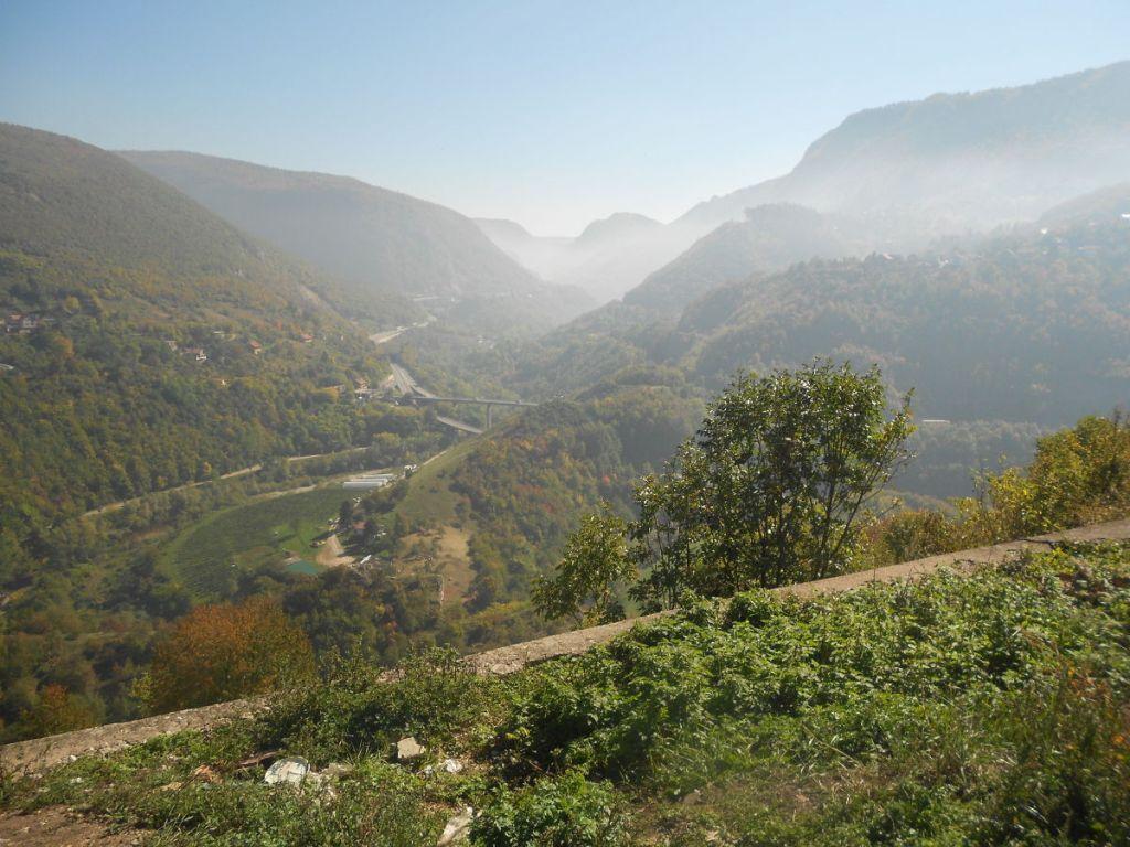 Вид с Белого бастиона на ущелье Миляцки. Фото: Елена Арсениевич, CC BY-SA 3.0