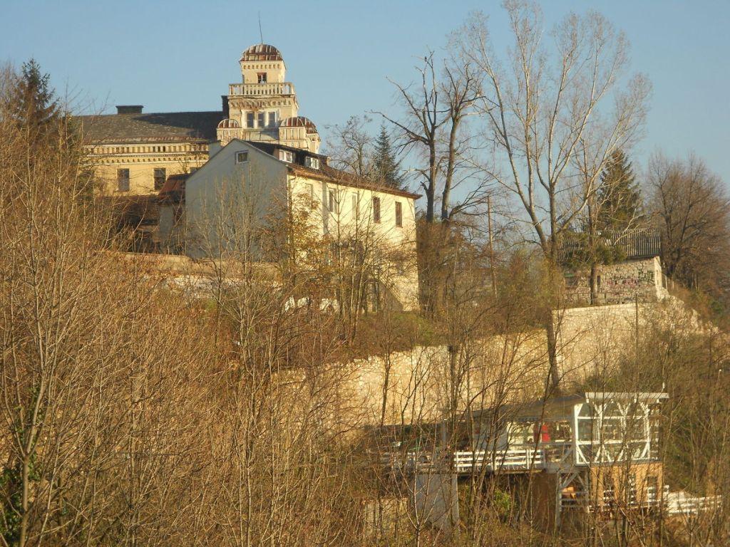 Фрагмент стены и казарма Яйце. Фото: Елена Арсениевич, CC BY-SA 3.0