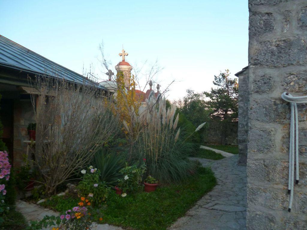 Очевидно, что монастырь женский, столько цветов. Фото: Елена Арсениевич, CC BY-SA 3.0