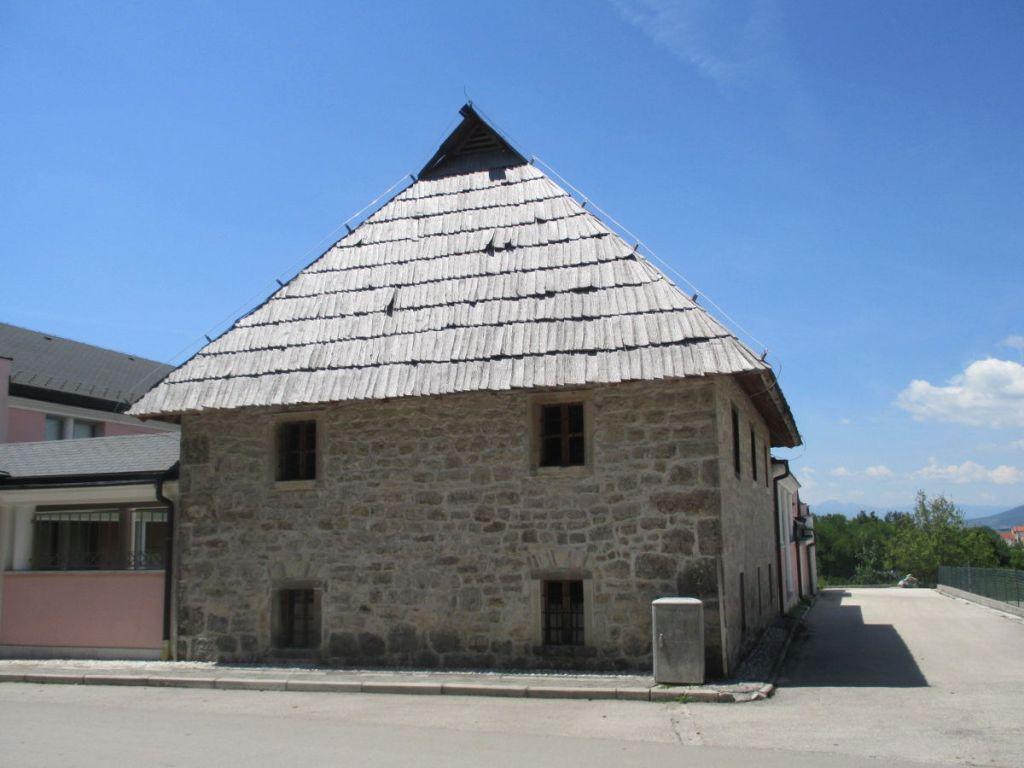 Старая школа, сейчас здесь этнографическая коллекция. Фото: Елена Арсениевич, CC BY-SA 3.0