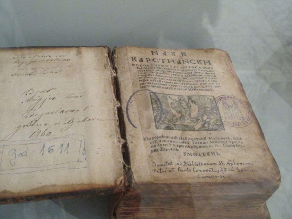 Старинная книга из коллекции музея. Фото: Елена Арсениевич, CC BY-SA 3.0