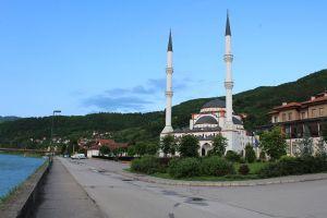 Справа от мечети здание исламского центра. Фото: Елена Арсениевич, CC BY-SA 3.0